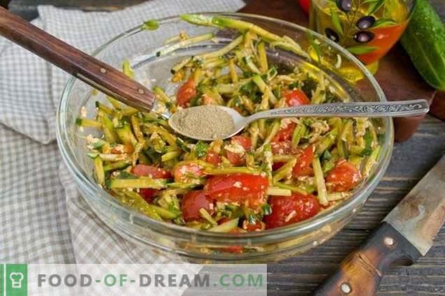 Ensalada con aguacate, tomates y pepinos