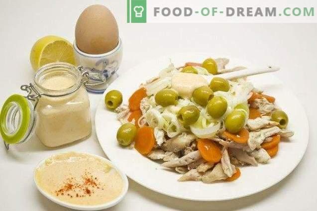 Ensalada festiva con pollo, queso y salsa holandesa