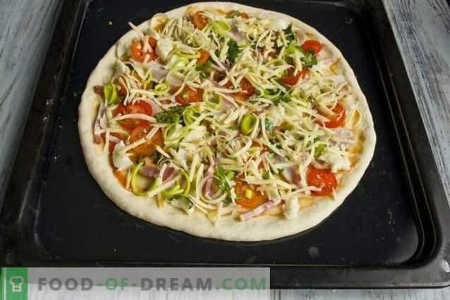 Pizza de levadura con jamón y panceta en el horno