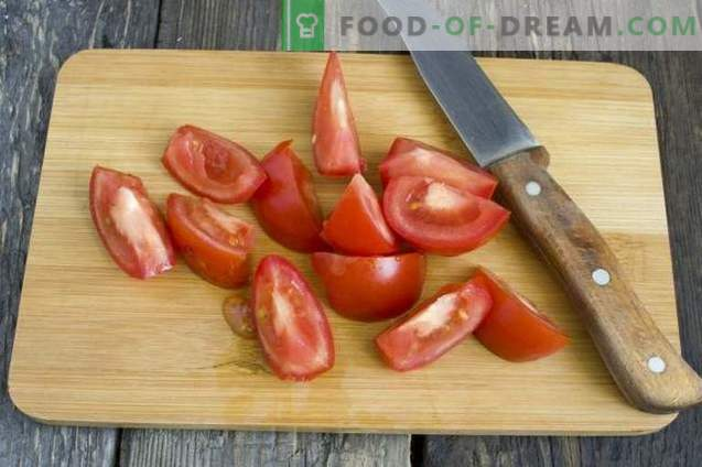 Salsa casera hecha con tomates frescos y pimientos