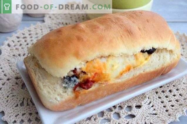 Rollo de pastel con aceitunas, pimientos secos y queso