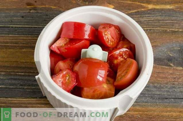 Jugo de tomate casero en una licuadora