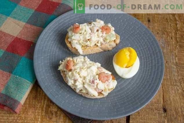 Toasturi de mic dejun cu salată de avocado și ouă