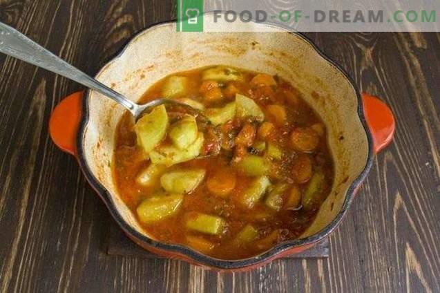 Calabacines con zanahorias, guisados en salsa de verduras, para el invierno