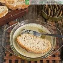 Sándwiches con espadines en la mesa navideña