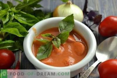 Sopa de crema de tomate con salchichas