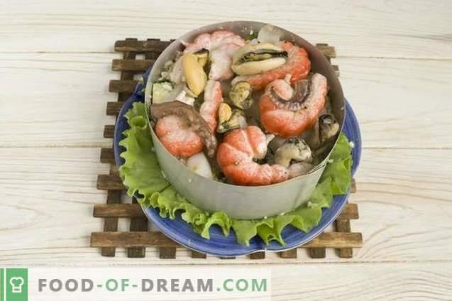 Ensalada de mariscos con aguacate, pepino y huevos