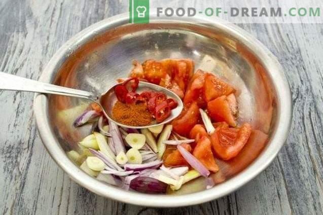 Salsa de tomate con zanahorias y manzanas para el invierno
