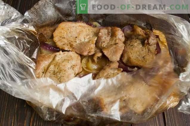 Cerdo delicioso con garbanzos y cebollas en el horno