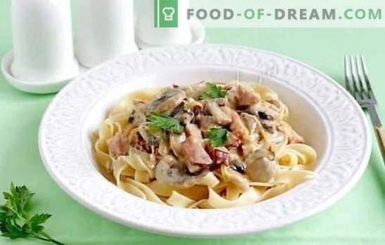 Fettuccine con setas de la soleada Italia. Recetas de pasta fettuccine con champiñones en salsa cremosa, con pollo, brócoli, jamón y verduras