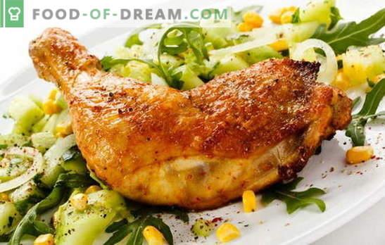 Patas De Pollo Frito En Una Sartén   Una Forma Clásica De Cocinar Carne.  Recetas De Muslos De Pollo Frito En Una Sartén Con Ajo, Tomate