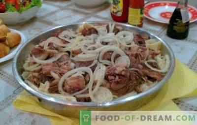 Beshbarmak hecho en casa - un plato de los pueblos turcos. Beshbarmak en casa con cordero, perdiz, pavo, cerdo