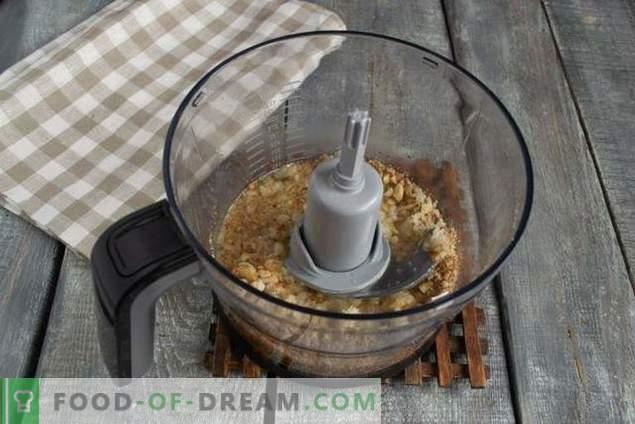 Pollo frito apetitoso en salsa de nueces