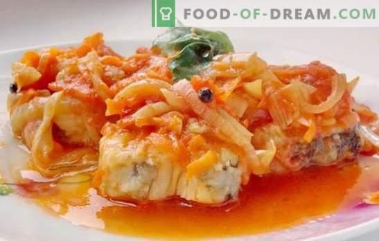 El plato principal es el bacalao bajo la marinada. Recetas para bacalao suave y jugoso debajo de la marinada en el horno y la olla de cocción lenta