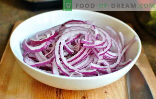 Cebollas marinadas en tartas, ensaladas y platos calientes. Recetas de amas de casa experimentadas: cómo encurtir las cebollas en casa