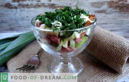 La ensalada con galletas y salchicha ahumada es una decoración navideña crujiente. Recetas para ensaladas con crutones y salchicha ahumada