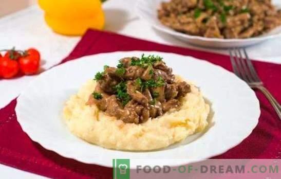 Stroganoff de ternera en una cocina lenta - un plato de restaurante. Tomate y versión cremosa de carne de vaca stroganoff en una olla de cocción lenta