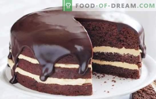 Tecnología para hacer cacao y glaseado de leche. El orgullo culinario es una guinda hermosa de cacao y leche para un pastel