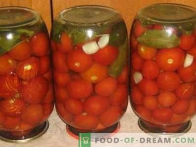 Tomates salados para el invierno en bancos